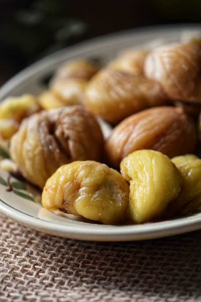 Boiled chestnuts, with both skins removed on a serving dish.